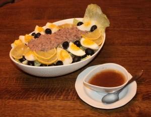 tuno salotos ir marinatas 300x232 Tuno salotos su pupelėmis ir alyvuogėmis ir medaus/vorčesterio užpilu